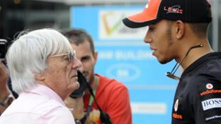 Le sextuple champion du monde de F1 Lewis Hamilton discute avec Bernie Ecclestone, ancien homme fort de la Formule Un le 3 Juin 2020 sur le circuit international de Buddh en Inde.