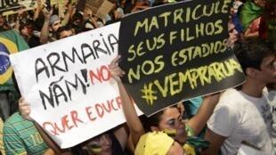 'Manda a tus hijos a estudiar en estadios': manifestación el pasado 21 de junio en Fortaleza.