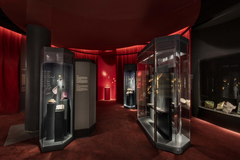 """Exposição """"Pedras Preciosas"""", no Museu Nacional de História Natural, em Paris, com cenografia de Jouin Manku."""