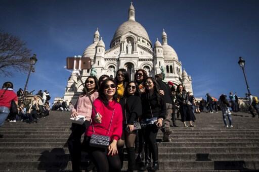Chineses e japoneses voltam a visitar Paris depois do susto dos atentados.