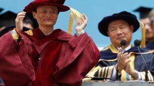 马云(左)获香港科技大工商管理荣誉博士学位2013年11月8日