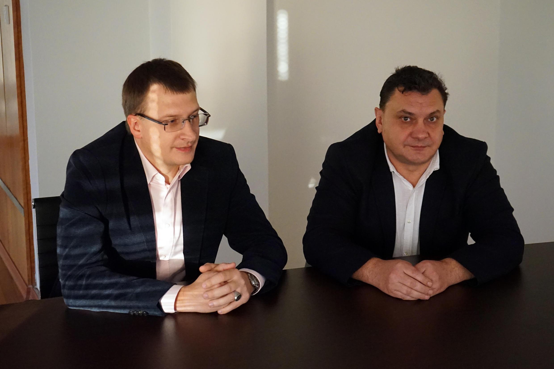 Лидер партии «Я — гражданин» Алексей Волобоев (справа) и вице-президент Иван Михневич, Никосия, 8 января 2018.