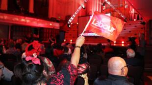 Simpatizantes del Partido Laborista esperan a su líder Jacinda Ardern mientras observan los resultados de las elecciones generales de Nueva Zelanda en Auckland, el 16 de octubre de 2020