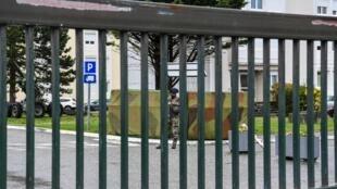 Um  militar  armado a  entrada do Quartel de Varces-Allieres-et-Risset, depois da tentativa de atropelamento  de militares por  um automobilista.29 de Março  de 2018