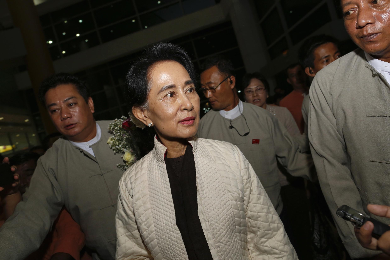 Lãnh đạo đối lập Miến Điện Aung San Suu Kyi ra sân bay quốc tế Rangoon lên đường côgn du Châu Âu ngày 18/10/2013.