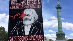 Karl Marx, portrait brandit lors du défilé du 1er Mai 2018 à Paris.