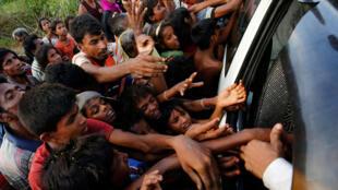 'Yan kabilar Rohingya mafi akasarinsu Musulmi, suna turereniyar samun abinci, bayanda suka tsere zuwa Bangladesh.