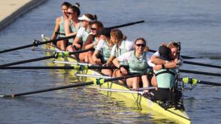 El equipo femenino de Cambridge celebra el 4 de abril de 2021 tras derrotar a Oxford en la regata de remo que enfrenta anualmente a ambas universidades sobre el Támesis, aunque esta vez fue en el río Great Ouse en Ely, este de Inglaterra
