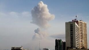 Au Congo, le panache de fumée généré par les explosions au-dessus de Brazzaville est photographié depuis Kinshasa, le 4 mars 2012.