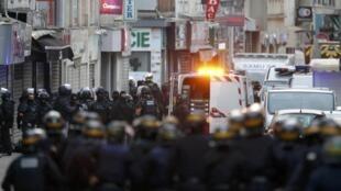 Saint-Denis, 18 novembre, la police sécurise les parages du lieu où l'assaut sera donné.