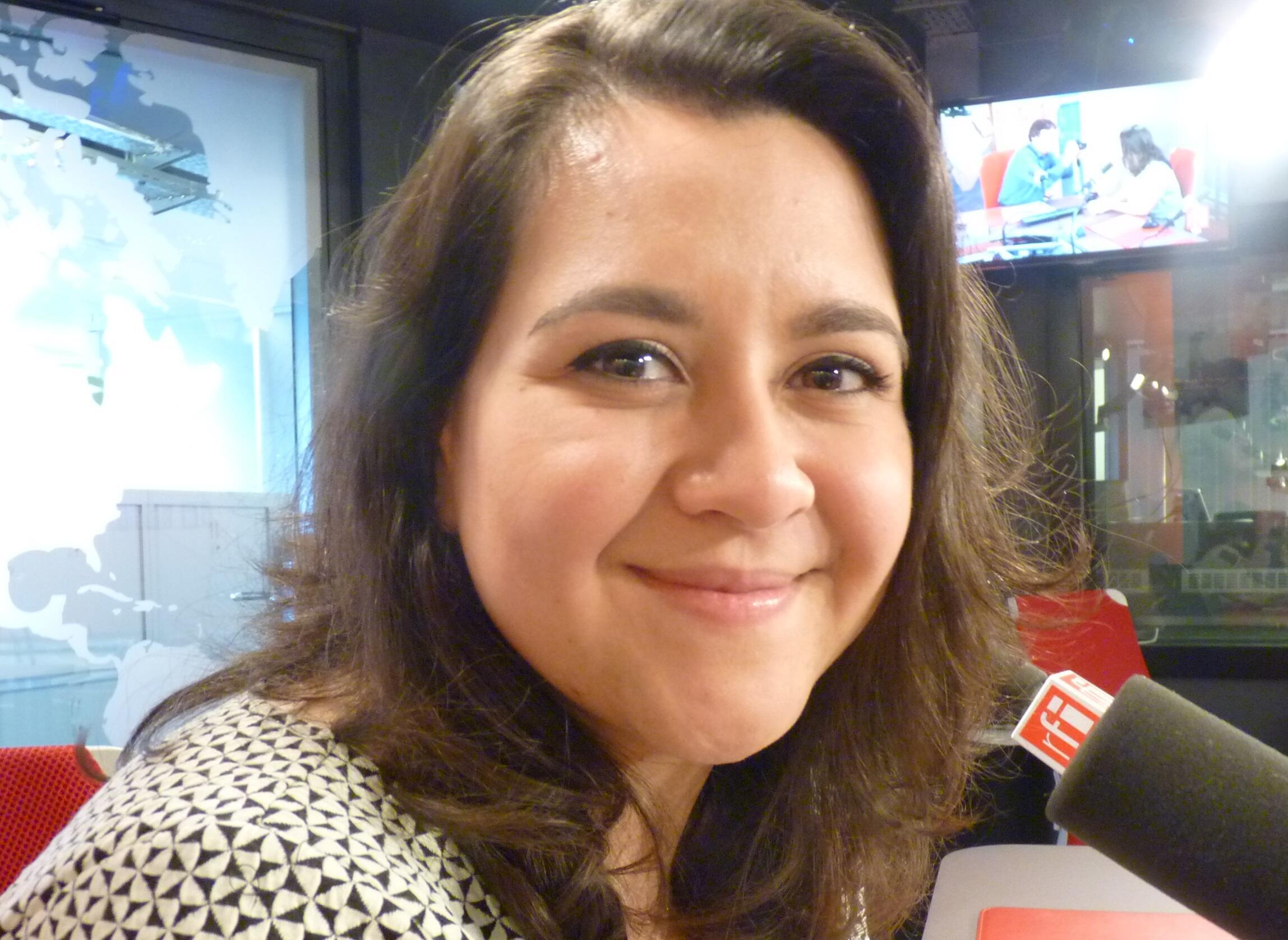 La soprano guatemalteca Adriana González en los estudios de RFI en París.