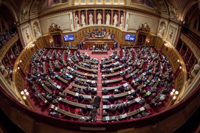 "faranseh/ arme ""Majlesse Senayé Faranseh""  مجلس سنای فرانسه واقع در قصر لوگزامبورگ در پاریس."