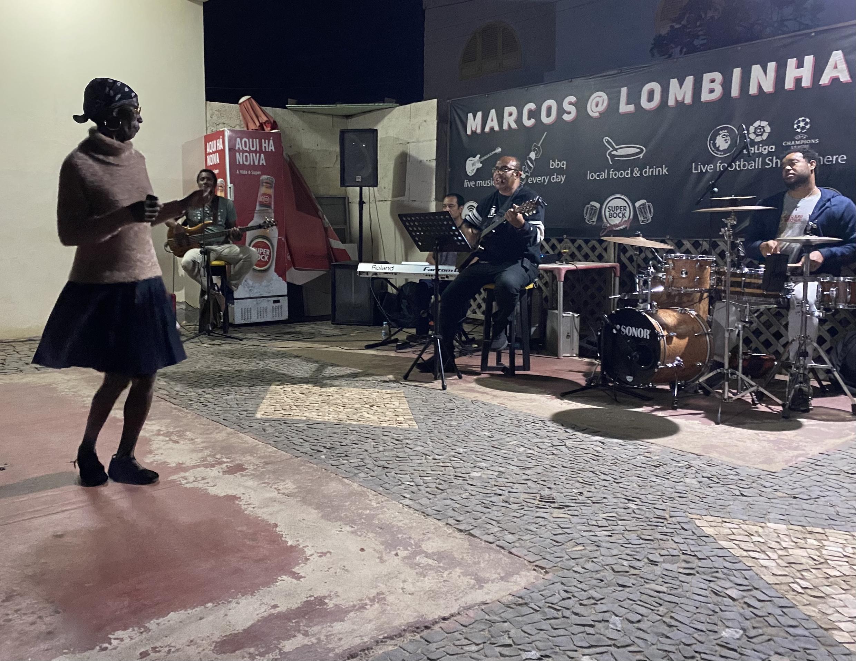 Espectáculo de Mateus Band num café em Santa Maria.