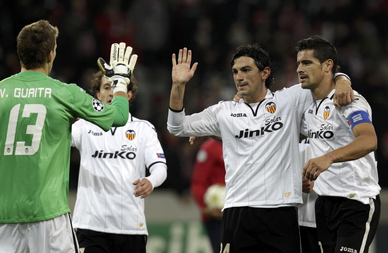 Festa dos jogadores do Valência, com Ricardo Costa na direita com a braçadeira de capitão.