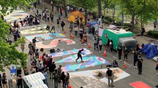 """Người dân tại Seattle, Mỹ, vẽ khẩu hiệu """"Black Lives Matter""""  trên phố nơi họ tuyên bố là  """"khu phố tự quản"""", ngày 11/06/2020."""