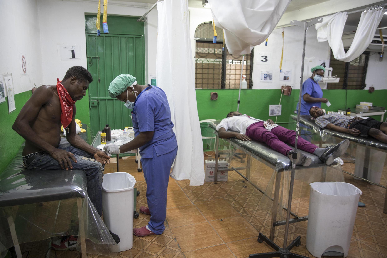 Pacientes reciben atención en la sala de emergencias del Hospital de Martissant, en Haití, el 31 de mayo de 2021