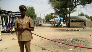 Check-point d'Amchidé. La frontière entre le Cameroun et le Nigéria traverse ce petit village en deux. Les douaniers sont en civil depuis la dernière attaque de Boko Haram contre leur poste de douane.