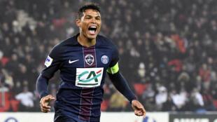 O capitão do PSG, Thiago Silva, comemora o gol marcado em partida contra o Bastia neste sábado (7), no Parc des Princes.