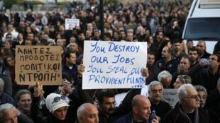 Centenas de pessoas manifestaram-se em Nicósia, capital do Chipre, contra plano de resgaste.