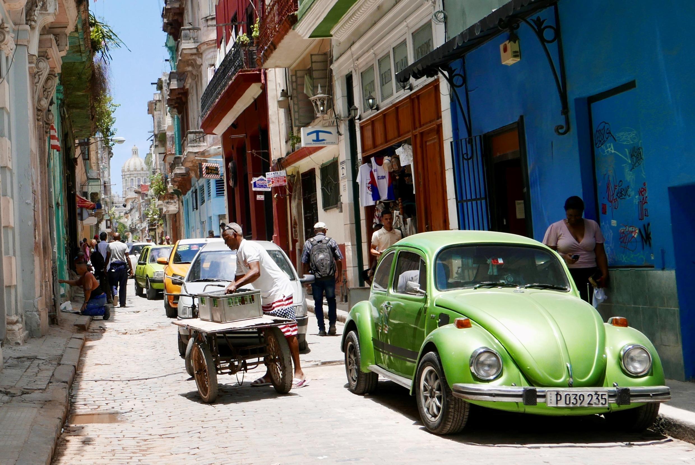 De nombreux commerces du secteur privé cubain survivent grâce la diaspora, qui envoie aussi sur l'île des vêtements à l'effigie du drapeau américain.