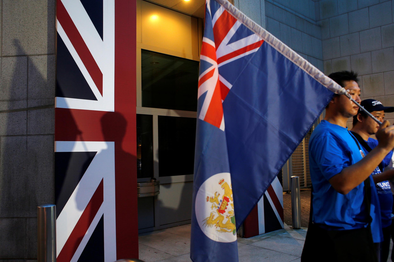 Biểu tình trước lãnh sự Anh tại Hồng Kông, nhân kỷ niệm 19 năm ngày lãnh thổ này trao trả cho Trung Quốc, 01/07/2016