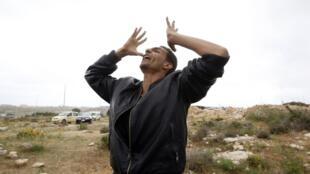 Un inmigrante tunecino protesta fuera de un centro de detención en Lampedusa.
