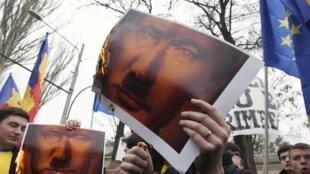 Manifestation de protestation contre l'annexion de la Crimée au territoire russe, à Chisinau, en Moldavie le 6 avril 2014.