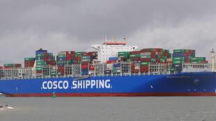 Vận tải biển, nguồn gây ô nhiễm lớn. Trong ảnh, một con tàu của tập đoàn hàng hải Trung Quốc Cosco.