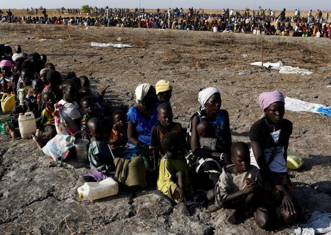 El PMA es particularmente activo en las zonas más conflictivas del planeta. Aquí, mujeres y niños de Thonyor, Sudán del Sur, hacen cola para inscribirse en listas que le permitirán acceder a la distribución de la ayuda alimenticia de la agencia de la ONU (2017).