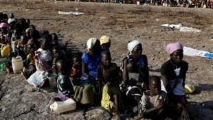 'Yan gudun hijirar kasar Sudan ta kudu  yayinda suke dakon a yi musu rijistar karbar abinci da hukumar kula da samar da abinci ta majalisar dinkin duniya  (WFP) ke rabawa a yankin Thonyor, a jihar Leer state, da ke Sudan ta Kudu.