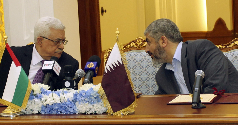 Presidente da Autoridade Palestina, Mahmoud Abbas (à esq.), conversa com o líder do Hama, Khalde Mechal, durante assinatura de acordo político entre as duas facções palestinas.