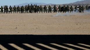 Agentes de la patrulla fronteriza de Estados Unidos realizan ejercicios de entrenamiento frente a un segmento de la barrera que divide Sunland Park, Nuevo México, en Estados Unidos, y Ciudad Juárez, en México