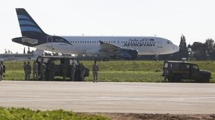 Tropas de Malta perto do A 320 da Afriqiyah Airways no aeroporto de La Valette no dia 23 de Dezembro de 2016