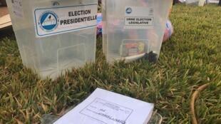 À la mairie du 4e arrondissement de Ouagadougou, les urnes pour le scrutin du 22 novembre attendent d'être acheminées dans les centres de vote, Burkina Faso, le 21 novembre 2020.