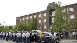 Попризыву премьер-министра граждане навремя заблокировали здание Конституционного суда, Апелляционного суда ивсех 12 ереванских судов первой инстанции, 20 мая 2019