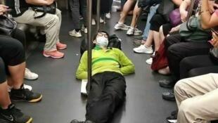 """中国青年中悄悄兴起""""躺平主义"""",让官方隐隐不安。"""