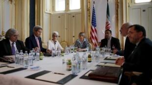ملاقات جان کری و محمدجواد ظریف، وزیران امور خارجه ایالات متحده آمریکا و جمهوری اسلامی ایران، در هتلی در وین. ٦ تیر ماه/  ٢٧ ژوئن ٢٠١۵