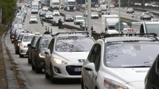 Парижские таксисты-забастовщики блокируют въезд в Париж по кольцевой дороге 15/12/2014