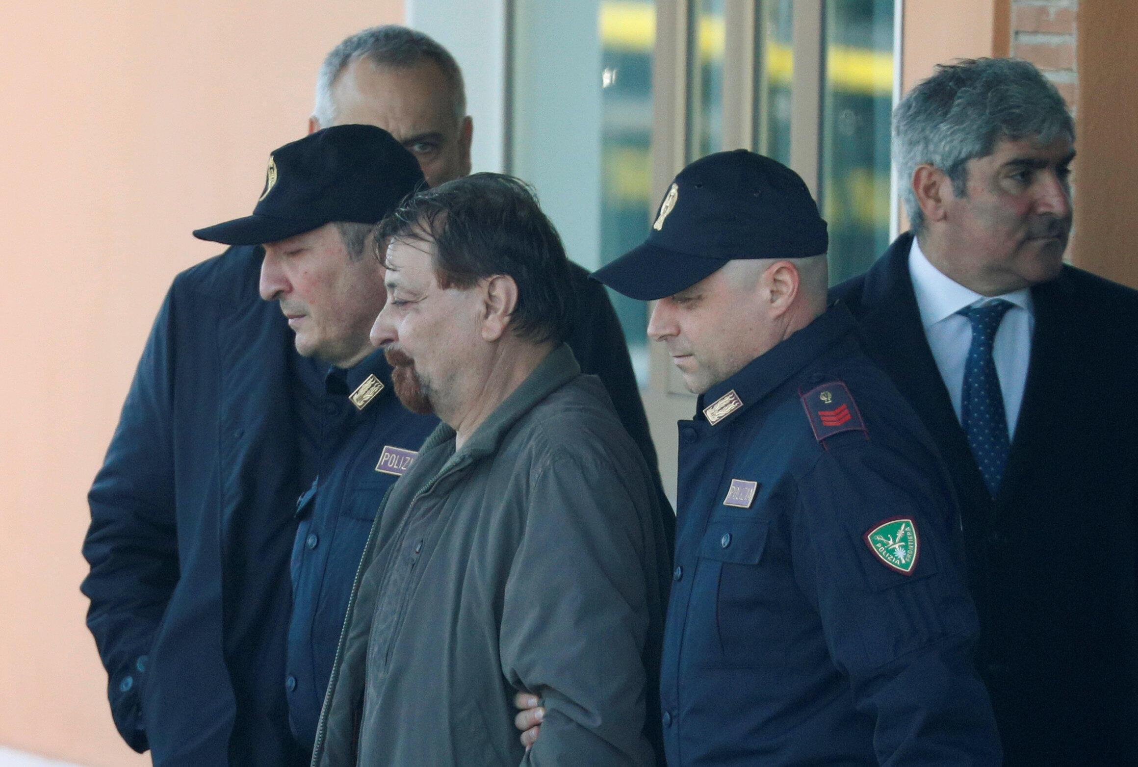 Cesare Battisti é escoltado pela polícia do aeroporto de Ciampino, em Roma, Itália, em 14 de janeiro de 2019.