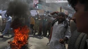 Nhà dân bị cháy sau một vụ đánh bom khủng bố tại Pakistan.