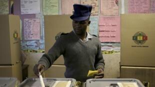 Un policier vote à Mbare, le 31 juillet 2013.