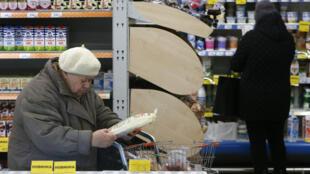 Покупатели в московском магазине. 1 декабря 2015