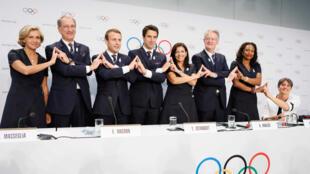 Image d'archive: Les représentants de la délégation française emmenée par Emmanuel Macron posent en faisant le signe de soutien à Paris 2024 au siège du Comité international olympique.