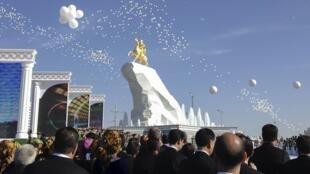 Turkmenistan : Lễ khánh thành tượng của tổng thống Kurbanguly Berdymukhamedov, ngày 25/05/2015.