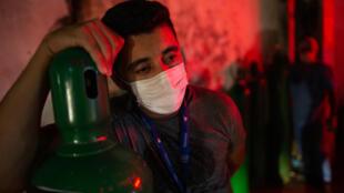 Un hombre sostiene un tanque de oxígeno en Manaus, estado de Amazonas, Brasil, el 15 de enero de 2021