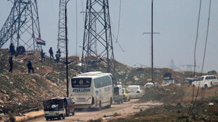 Comboio de ônibus deixa Aleppo