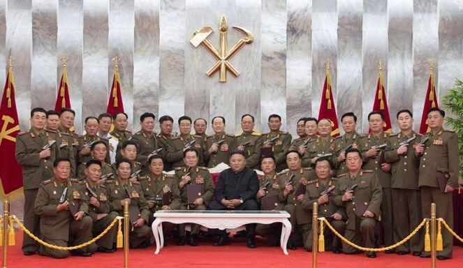 朝鲜最高领导人金正恩赠军干部手枪纪念停战协定签订67周年