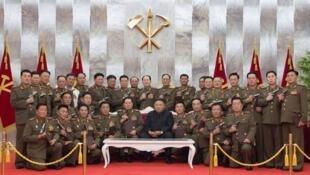 朝鮮最高領導人金正恩贈軍幹部手槍紀念停戰協定簽訂67周年
