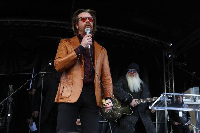 """""""死亡金屬之鷹(Eagles of Death Metal)""""美國搖滾樂團歌手Jesse Hughes (左)及吉他手Dave Catching(右)突現身巴黎,悼念130名巴黎恐襲死難者過世兩周年。 2017年11月13日"""