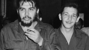 Os comandantes Ernesto Guevara e Raul Castro em 1960.